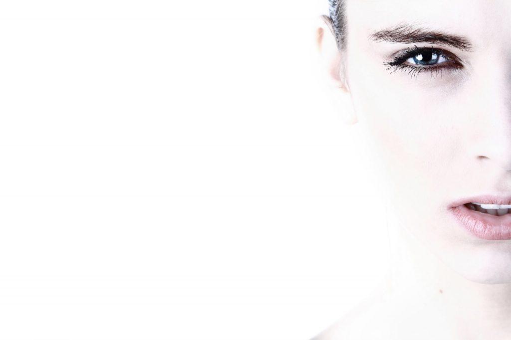 Chica con maquillaje BB Glow de kalipay Cosmetics